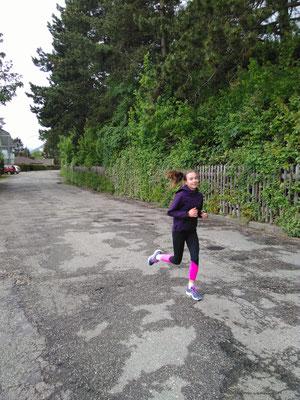 Nach der ganzen Esserei gehts nun weiter mit Jogging. Sarina (Juniorin C) bei Ihrer Lieblingsbeschäftigung. Neben Unihockey, natürlich!