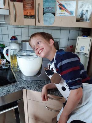 Aurelian (Junior E) hat auch ein Schlecht-Wetter-Programm. Er greift Mama gerne in der Küche unter die Arme.