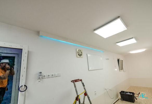 Ein Lichtband inkl. Ambi- Light über der Küchenzeile