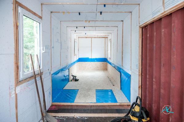 Boden und Innenverkleidung mit den OSB- Platten, aus Gewichtsgründen nur 12 Millimeter stark