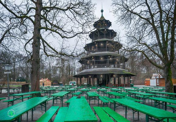 'Leer - der Biergarten am Chinesischen Turm im Winter'