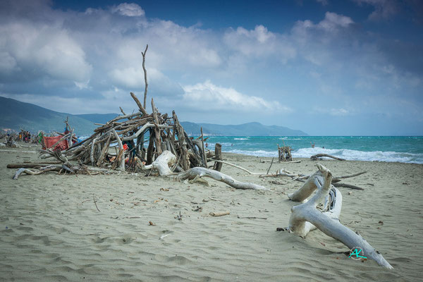 Auf was für Ideen die Leute kommen: Lustige Strandburgen  aus Treibholz in Marina Di Alberese