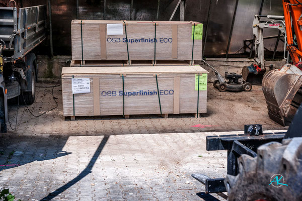 500 Quadratmeter OSB- Platten für die Innenverkleidung sind geliefert worden