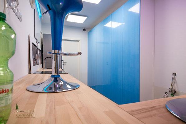 Die Küchen- Schrankwand, leider ist das schöne hellblau nur die Schutzfolie, hätte auch so bleiben können ;-)