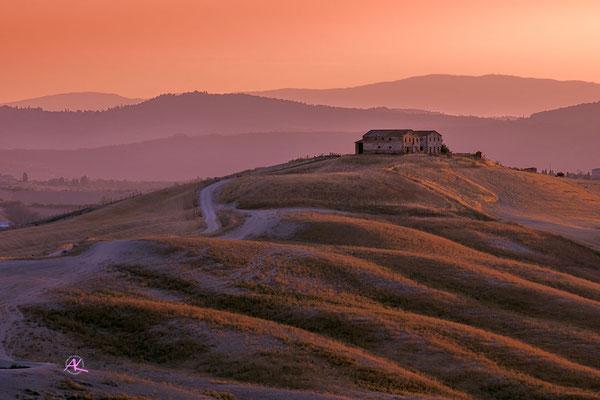 'Pastell- Sonnenaufgang in der Nähe von Asciano' Crete Senesi