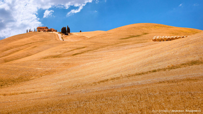 'Farm ganz oben über abgeernteten Feldern' Crete Senesi