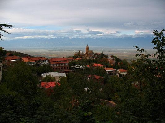 Sighnaghi mit dem Hohen Kaukasus im Horizont, Kachetien, Georgien; 18.10.2014