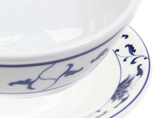 Detailaufnahme: Reisschale mit abgerundetem Rand aus Tatung, Li, Cameo oder Datung Porzellan mit blauem Lotus Motiv (Motivnr. 518 / 255). In verschiedenen Größen und Motiven erhältlich.