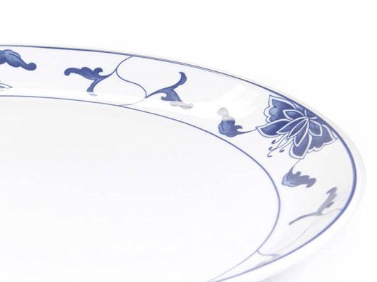Detailaufnahme: Flache runde Essteller mit abgerundetem Rand aus Tatung, Li, Cameo oder Datung Porzellan mit blauem Lotus Motiv (Motivnr. 518 / 255). In verschiedenen Größen und Motiven erhältlich.