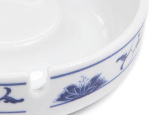 Detailaufnahme: Großer runder Aschenbecher aus Tatung, Li, Cameo oder Datung Porzellan mit blauem Lotus Motiv (Motivnr. 518 / 255). In verschiedenen Größen und Motiven erhältlich.