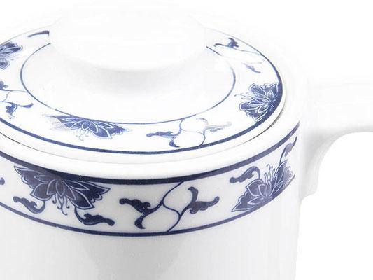 Detailaufnahme: Kaffeekanne mit Deckel aus Tatung, Li, Cameo oder Datung Porzellan mit blauem Lotus Motiv (Motivnr. 518 / 255). In verschiedenen Größen und Motiven erhältlich.