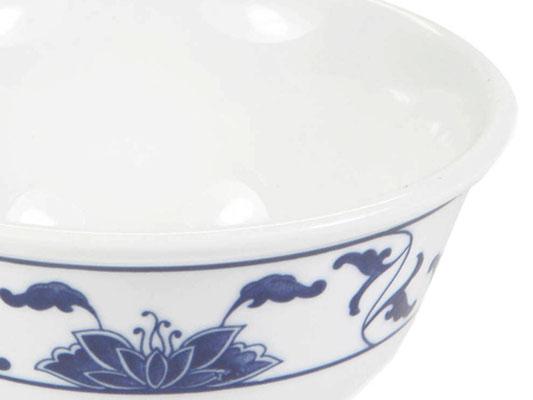 Detailaufnahme: Kleine Reisschale mit abgerundetem Rand aus Tatung, Li, Cameo oder Datung Porzellan mit blauem Lotus Motiv (Motivnr. 518 / 255). In verschiedenen Größen und Motiven erhältlich.