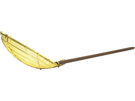 Seitenansicht Messingsieb. Großer Löffel mit festem Bambusgriff.