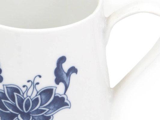Detailaufnahme: Milchkännchen aus Tatung, Li, Cameo oder Datung Porzellan mit blauem Lotus Motiv (Motivnr. 518 / 255). In verschiedenen Größen und Motiven erhältlich.