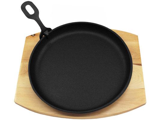 Die Servierplatte eine runde Vertiefung für die Servierpfanne. Dadurch wird ein Verrutschen der heißen Platte vorgebeugt.