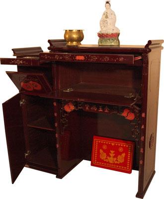 Der stabile Altar bietet Platz für Ihre Gottheiten, Opfergaben oder Räucherstäbchen. 2 ausziehbare Schubladen sowie 3 Schranktüren bieten ausreichend Platz.