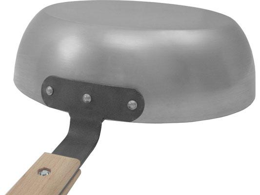 Der Holzgriff ist fest mit einem Eisengriff verschraubt. Mit 3 Nieten sind Griff und Pfanne wackelfrei miteinander verbunden.