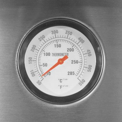 Mit integriertem Thermometer bis zu 285 Grad Celsius bzw. 550 Grad Fahrenheit. Bequemes Ablesen der Innentemperatur für optimal Ergebnisse.