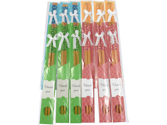 Stäbchen sind beliebte Geschenkartikel. Sie sind erhältlich mit Blumen-Motiven und paarweise verpackt.