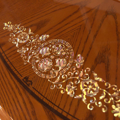 Kunstvolle Muschel Verzierungen mit Blumen und Fischen. Das Perlmutt wirkt harmonisch mit dem Naturholz aus Asien.