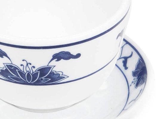 Detailaufnahme: Teetasse mit Untertasse aus Tatung, Li, Cameo oder Datung Porzellan mit blauem Lotus Motiv (Motivnr. 518 / 255). In verschiedenen Größen und Motiven erhältlich.