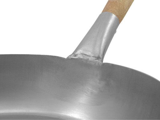 Der Holzgriff ist an die Pfanne geschmiedet worden. Keine Nieten stören bei der Zubereitung Ihrer Speisen.