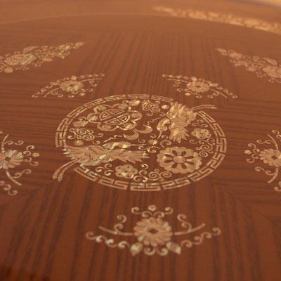 Handgemachte Muschel-Intarsien mit asiatischem Muster, Blumen und Vögeln. Die typische Farbreflexion der Muscheln geben dem Tisch eine besondere Optik.