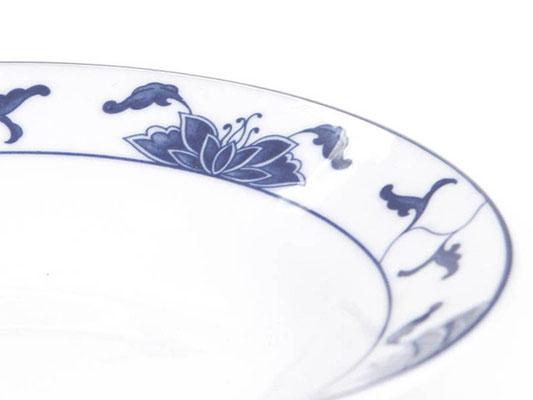 Detailaufnahme: Tiefe runde Essteller mit abgerundetem Rand aus Tatung, Li, Cameo oder Datung Porzellan mit blauem Lotus Motiv (Motivnr. 518 / 255). In verschiedenen Größen und Motiven erhältlich.