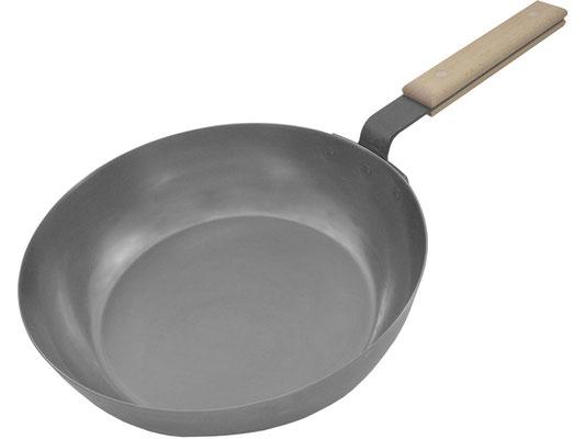 Schwere Chinapfanne mit flachem Boden und hohem Rand ideal für große Mengen an Speisen oder Suppen und Soßen.