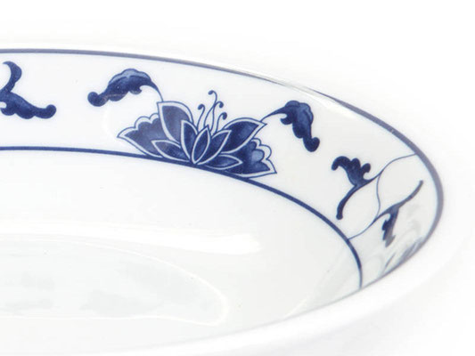 Detailaufnahme: Salatschale aus Tatung, Li, Cameo oder Datung Porzellan mit blauem Lotus Motiv (Motivnr. 518 / 255). In verschiedenen Größen und Motiven erhältlich.