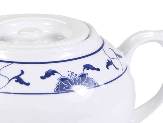 Detailaufnahme: Tekanne mit flachem Deckel aus Tatung, Li, Cameo oder Datung Porzellan mit blauem Lotus Motiv (Motivnr. 518 / 255). In verschiedenen Größen und Motiven erhältlich.