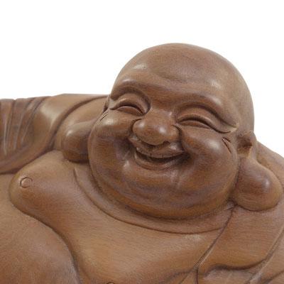 Detailansicht von Buddhas Gesicht mit wohlwollendem Lachen und großen Ohren