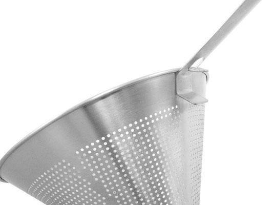 Spitzsieb aus Edelstahl mit Randhalterung zum sicheren Einhängen in Töpfen