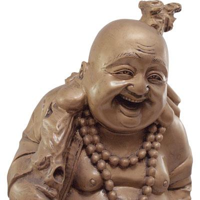 Detailansicht lachender Buddha mit großen Ohren, Kette und Wanderstock.