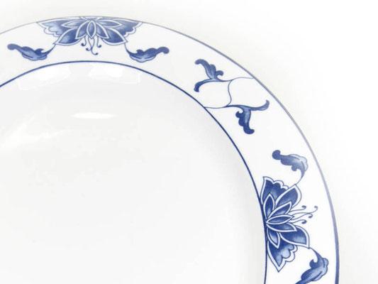 Detailaufnahme: Ovalteller mit abgeflachtem Rand aus Tatung, Li, Cameo oder Datung Porzellan mit blauem Lotus Motiv (Motivnr. 518 / 255). In verschiedenen Größen und Motiven erhältlich.