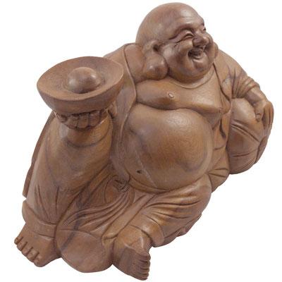 Dicker Holzbuddha mit großem antiken, chinesischen Goldbarren steht für Wohlstand