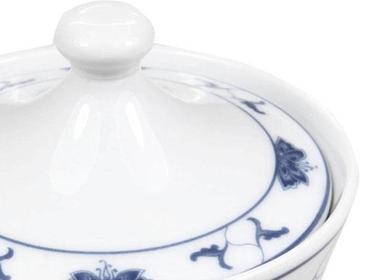 Detailaufnahme: Zuckertopf aus Tatung, Li, Cameo oder Datung Porzellan mit blauem Lotus Motiv (Motivnr. 518 / 255). In verschiedenen Größen und Motiven erhältlich.