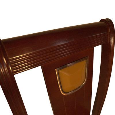 Rückenlehne mit eingelassenem Jadestein aus Kunststoff. Der Stuhl ist in dunkler Mahagoni gestrichen.