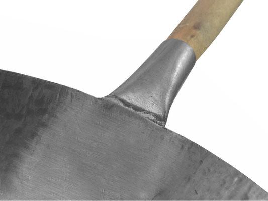 Detailansicht handgeschmiedeter Wok aus China - Holzgriff geschmiedet mit Wok, ohne Nieten, keine Beschädigung am Gasherd, Wokaufsatz oder Ringrost