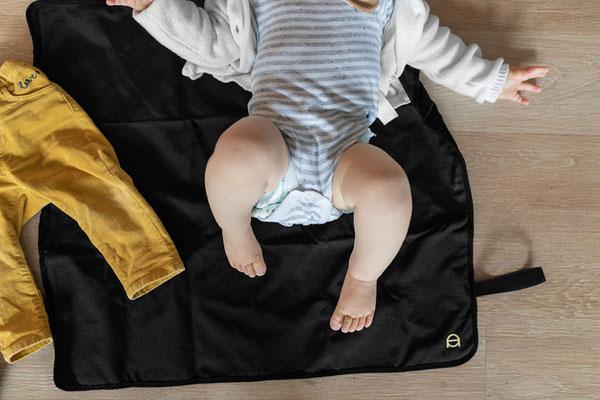 Auf der Unterlage zum wickeln ist genug Platz für Kinder jeden Alters