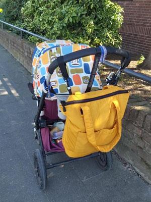 Schultertasche mit Kinderwagenaufhängung