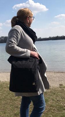 Greta lässt sich wunderbar mit Cross-Body-Gurt tragen
