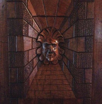 Château de Montmaur, porte, sculpture, détail, décoration