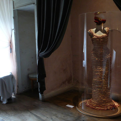 Château Montmaur, exposition, robe, allumettes, Dominique Jouve, Hautes Alpes