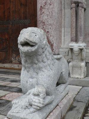 Embrun, Hautes Alpes, Cathédrale, Détail, Parvis, Sculpture, Lion