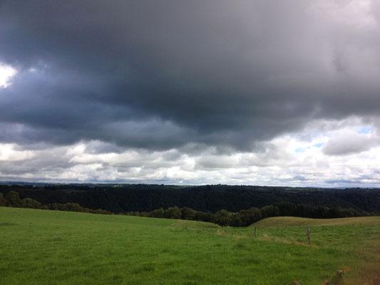 Cantal, prairie, ciel de pluie