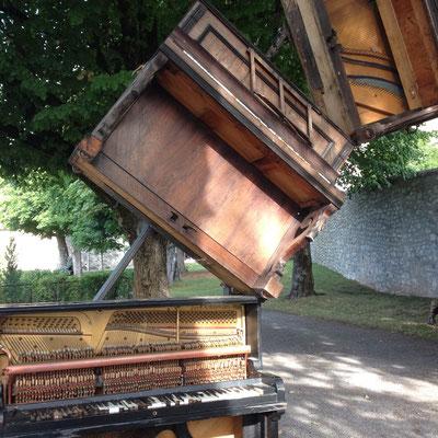 Installation, La Volière aux pianos, Château de Montmaur, Hautes Alpes, Montmaur
