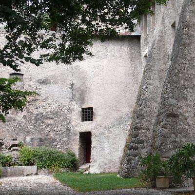 Château Montmaur, cour pavée, Hautes Alpes