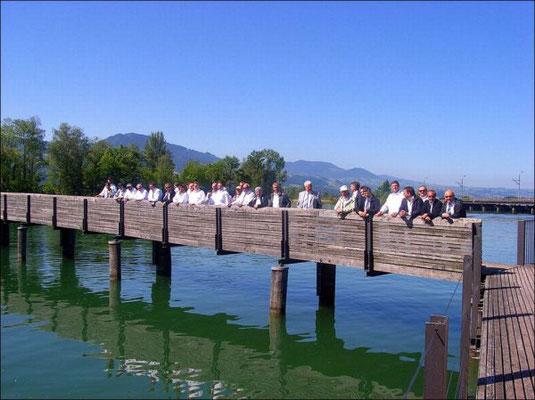 Noch sind sie gelassen - auf den Brettern über dem See.