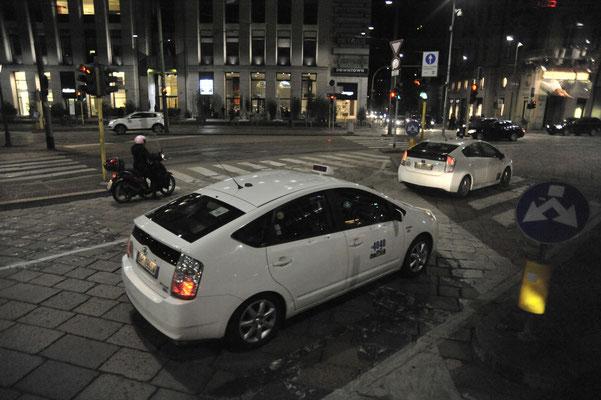 ミラノ市街 車はトヨタプリウス
